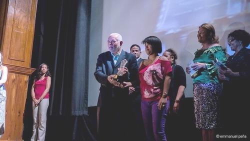 El profesor Agustín Cortez entrega el trofeo a una de las concursantes premiadas.Fot: Emmanuel Peña.