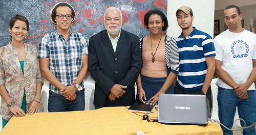 El profesor Agustín Cortez, director de la Escuela de Cine y TV, juntoa los estudiantes que conforman el comité de organización. Foto Externa.