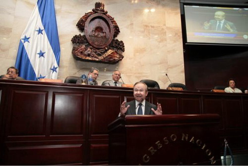 Ellis Pérez durante su comparecencia en el congreso hondureño. Foto: DGCINE