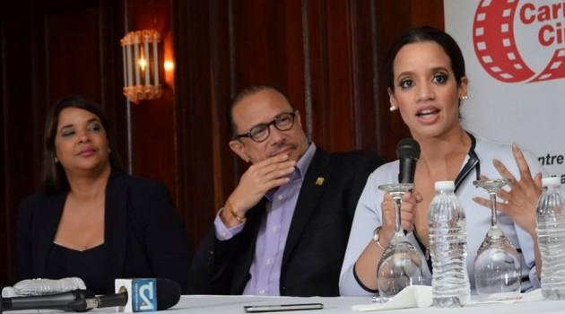 Ivette Marichal, directora de la DGCINE, el Ministro de Cultura José Antonio Rodríguez y la actriz Dascha Polanco durante el encuentro durante la Feria del Libro. Foto: Fuente externa.