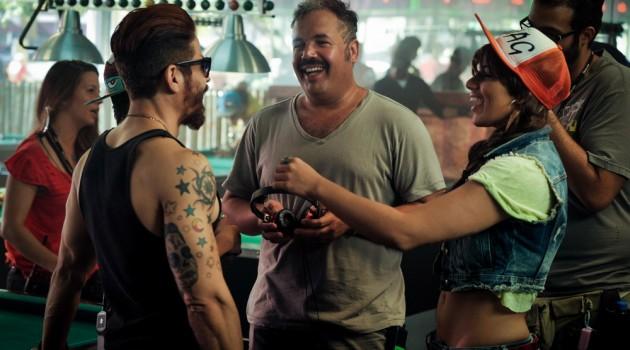 """El director Ernesto Alemany mientras conversa con Isaac Saviñón y Nashla Bogaert durante un receso de la filmación de """"La Gunguna"""". Foto: Fuente externa"""