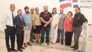 Yvette Marichal, directora dela DGCINE, juntoa al jurado seleccionador y los productores y realizadores de las películas dominicanas seleccionadas. Foto: Fuente externa.