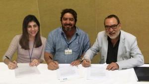 """Ana Judith Alma, Humberto """"Che"""" Castellanos y Adrian Solar de Ceneca Producciones durante la firma del acuerdo. Foto: Fuente externa."""