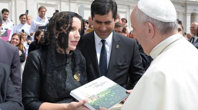 Elsa Turull, productora ejecutiva de Larimar Films y Antonio Alma Iglesias entregan al Papa Francisco un ejemplar ilustrado de la producción documental. Foto: Fuente externa