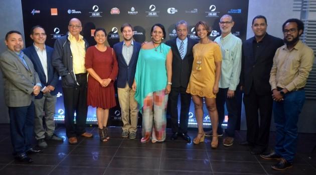 Gregory Quinn y Zumaya Cordero (centro), junto a los miembros del jurado en las distintas categorías. Foto: Fuente externa