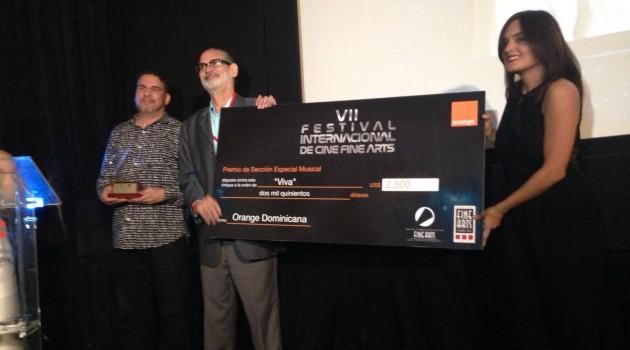 Liza Arzeno, Directora Relaciones Publicas de Orange Dominicana, entrega el premio de Mejor Película Musical junto a Luís Rafael Gonzalez, distribuidor del filme y el jurado Jimmy Hungría. Foto: Fuente externa