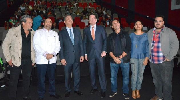 Juan Basanta, Omar de la Cruz, Dr. Lonel Fernández, Manuel Corripio, Archie López, Desiree Reyes durante la clausura del FCGD. Foto: Fuente externa