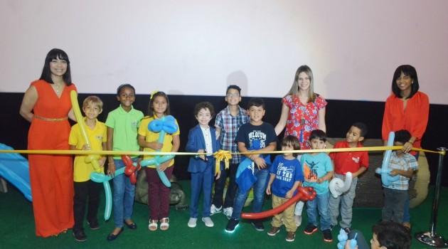 Massiel García, Nathaly García y Ana López compartiendo con los niños durante el acto de inauguración. Foto: Fuente externa.