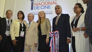 La directora de la DGCINE Yvette Marichal comparte con los invitados especiales en la línea de corte de cinta en la inauguración del Primer Congreso de Cine. Foto: Fuente externa