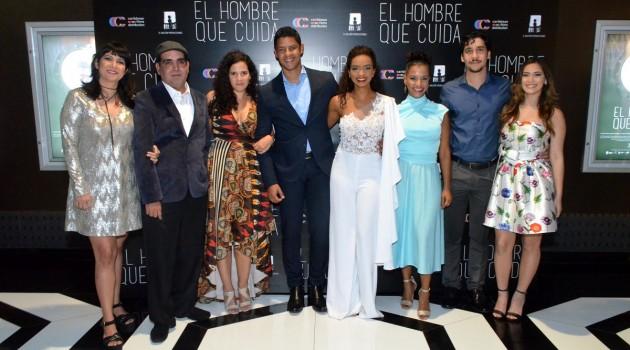 Alejandro Andújar y Maria del Mar Hernández comparte con el elenco de la película. Foto: Fuente externa