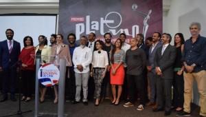Yvette Marichal, Directora General de la DGCINE; y, Nelson Jiménez, Director Gerente de EGEDA Dominicana; acompañados de los pre-nominados dominicanos a los Premios Platino 2017. Foto: Fuente externa