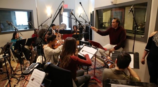"""Caonex Peguero dirige la orquesta durante la grabación de la música original de """"Patricia, el regreso del sueño"""" en la ciudad de Nueva York. Foto: Fuente externa"""