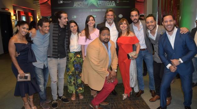 El director Fernando Báez comparte con el elenco de la película durante la gala premier. Foto: Fuente externa