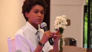 Jaden Michael, joven actor dominicano, mientras hablaba al público presente durante el encuentro.Foto: Fuente externa