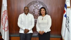 El doctor Rolando M. Guzmán y la directora de DG CINE Yvette Marichal durante el acto de la firma del convenio. Foto: Fuente externa.