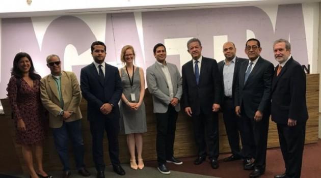 El presidente de la Fundación Global Democracia y Desarrollo (Funglode), Dr. Leonel Fernández en la reunión con representantes del SAG-AFTRA y miembros de Funglode. Foto: Fuente externa.