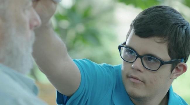 El filme no oculta su intencionalidad sensiblera cuando presenta a un adolescente con síndrome de Down y su abuelo diagnosticado con Alzheimer, quienes forman una relación especial. Foto: Remedio Films