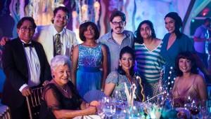 """Los realizadores Natalia Cabral y Oriol Estrada junto al elenco del filme """"Miriam Miente"""". Foto: Fuente externa"""