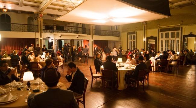 Momento de recreación de uno d elos salones de sociedad de Santiago. Foto: Metro Films.