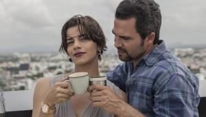 Nashla como Laura y Manny como Antonio, son los protagonistas del enclave romántico donde el juego del café, como supuesto elemento mágico de aproximación entre los dos personajes. Foto: Caribbean Cinemas