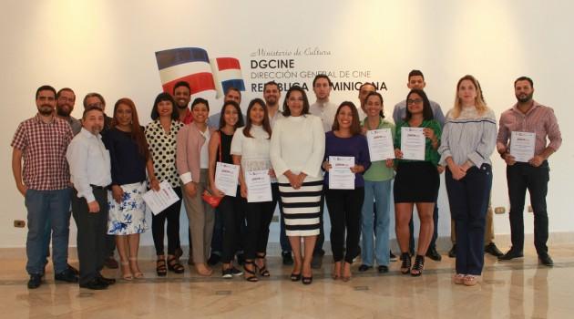 La directora de la Dirección General de Cine Yvette Marichal, junto al jurado y ganadores de la sexta convocatoria del Fonprocine. Foto: Fuente externa