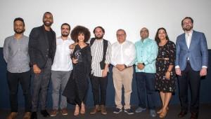 """El director del festival Omar de la Cruz y la directora de la DGCINE Yvette Marichal junto al equipo de la película """"Cocote"""" ganado de Mejor Opera Prima. Foto: Fuente externa"""