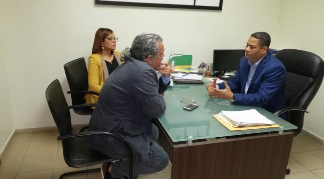 El cineasta Juan Basanta conversa con el director de la ONDA, doctor Trajano Santana y la asistente técnica del organismo, Jenniffer Troncoso. Foto: Fuente externa.