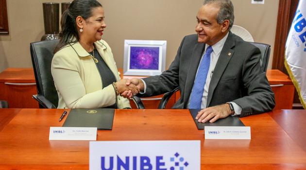 Yvette Marichal, directora general de la DGCINE y el doctor Julio Amado Castaños Guzmán, rector de UNIBE durante la firma del convenio. Foto: Fuente externa.