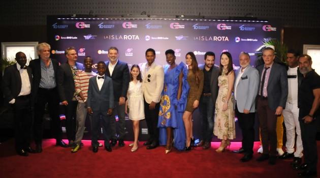 El director Félix Germán junto al elenco de la película durante la noche de la premier. Foto: Fuente externa.