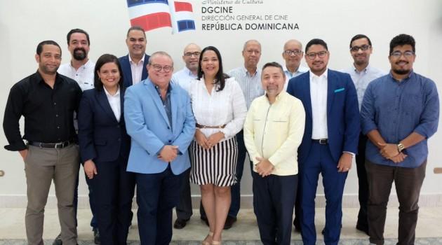Miembros de la Asociación Dominicana de Prensa y Crítica Cinematográfica (Adopresci) junto a la directora de la Dirección General de Cine (Dgcine), Yvette Marichal  durante el encuentro. Foto: Fuente externa.
