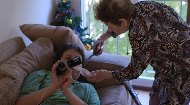 """""""El creador de universos"""", documental uruguayo de Mercedes Dominioni, cuenta la historia de Juan, un adolescente con asperger, que filma melodramas en compañía de Rosa, su abuela de 96 años. Foto: Fuente externa."""