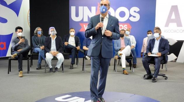 Luis Abinader, candidato a la presidencia por el Partido Revolucionario Moderno, mientras explicaba sus propuestas durante el encuentro. Foto: Fuente externa.